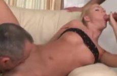 Blonde stoot heeft sex met twee bouwvakkers