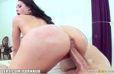 Tijdens de massage zuigt de spannende prostituee de enorme jongeheer en word ze aangeduwd