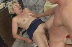 Deze mature dame laat haar mondje en vochtige flamoes penetreren