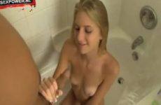 Blonde tienerslet wil een zaaddouche