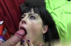 De milf laat haar gezicht vol cum ejaculeren door de jongeman