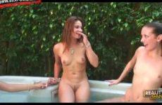 Drie lesbische tieners mastuberen in de jacuzzi