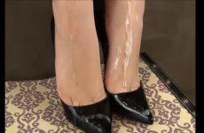Teelvocht over haar sexy voetjes in hoge hakken