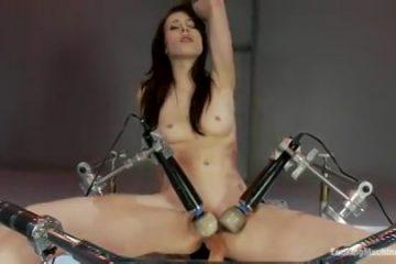 Zwoel chick neemt plaats op een mega sexmachine