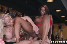 De zwarte zuigt en word anal aangeduwd waarna het blondje een beurt krijgt