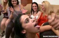 Na de tweede pijp beurt spuit hij de sperma op haar mond