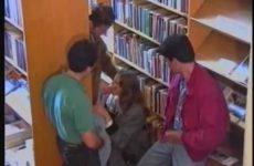 Zij pijpt drie penissen in de bibliotheek