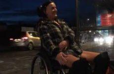 Sexy stoute meid in een rolstoel naakt
