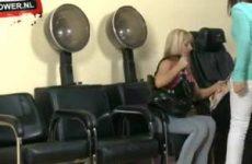Nietsvermoedende vrouwen worden verrast door een naakte kapper met harde pik.