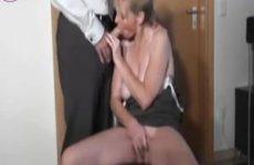 Geile blonde milf laat haar tieten vol sperma spuiten