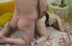 Hij likt de kut van zijn buurvrouw stopt een banaan in haar kut en neukt haar