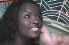 Haar prachtige ebony gezicht ondergespoten met zijn witte zaad