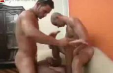 Drie lekkere gespierde mannen gaan als konijnen tekeer
