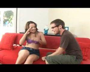 Het meisje geilt de verlegen jonegman op en trekt zijn broek uit