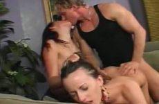 Hij beft en neukt de bisex vriendin en zijn vrouw