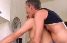 Hij scheurt zijn jeans van zijn kont en duwt zijn grote pik anaal