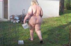 Super dikke huisvrouw voert naakt de kippen buiten