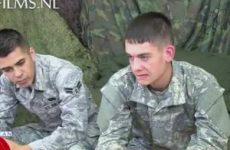 De ene jonge soldaat krijgt een pijpbeurt de ander wordt anal geneukt