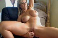 Voor de webcam mastubeerd zijn vrouw met een dildo
