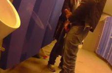 Homo staat te rukken in goed bezocht openbaar toilet