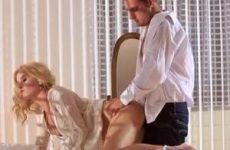 Mooie blondine pijpt en laat zich neuken