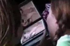 Meisjes lezen stiekem een sexboekje