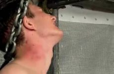 Een geil knaapje met een pijnlijke balzak