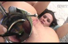 Geile meid krijgt haar ontbijtje in haar anus geserveerd
