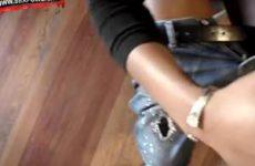 Haar zwarte handje past maar net om zijn blanke lul