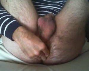 Gay amateur stopt een vrucht in zijn harige anus