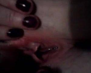 In close up zie je haar mastuberen