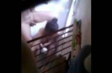 Stiekem gefilmd tijdens het wassen en pijpen