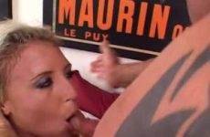 Hij spuit de sperma in haar mond