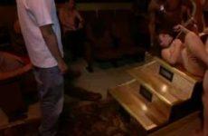 Twee slaven pijpen meerdere lullen en word er door geneukt