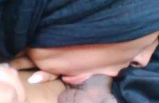Gesluierde Moslima geeft blowjob in de auto
