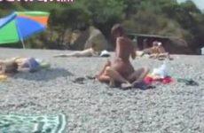 Geil stel neukt midden op het strand