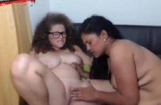 Twee volslanke lesbische tiener meisjes mastuberen elkaar
