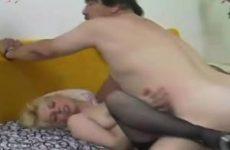 Zijn geile buurvrouw pijpt word geneukt en krijgt sperma in haar mond