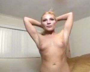 Kronkelend van genot krijgt dit blondje een orgasme