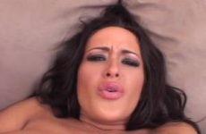 Kijk hoe ze haar grote tieten kneed haar anus mastubeerd en haar klit masseert