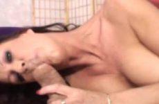 Kijk hoe de grote kromme lul de mond van de milf neukt