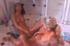 Twee lesbische meiden maken elkaar schoon op de hotelkamer