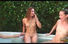 Drie lesbische meisje mastuberen in de buitenlucht