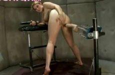 Ja hoor de lesbische is klaar om machinaal geneukt te worden