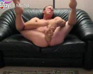 Past deze mega dildo helemaal in zijn anus